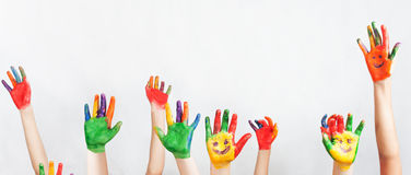 Μέρος των χρωματισμένων χεριών που αυξάνεται επάνω, ημέρα των παιδιών Στοκ φωτογραφία με δικαίωμα ελεύθερης χρήσης