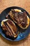 Μέσα καλοψημένα ανοικτά σάντουιτς ψωμιού μαγιάς μπριζόλας περικοπών Στοκ φωτογραφία με δικαίωμα ελεύθερης χρήσης