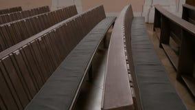 Μέσα σε μια κενή καθολική εκκλησία Ξύλινα pews για τα μέλη εκκλησιών απόθεμα βίντεο