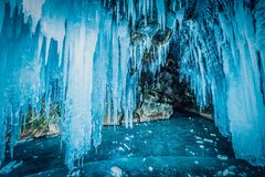 Μέσα στην μπλε σπηλιά πάγου στη λίμνη Baikal, Σιβηρία, ανατολική Ρωσία στοκ εικόνες