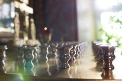 Μέσα στη χριστιανική εκκλησία - κλείστε επάνω την άποψη του κατόχου κεριών στη Ορθόδοξη Εκκλησία στην ηλιόλουστη ημέρα Στοκ φωτογραφία με δικαίωμα ελεύθερης χρήσης