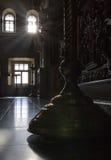 Μέσα στη χριστιανική εκκλησία - ο κάτοχος κεριών στη Ορθόδοξη Εκκλησία στην ηλιόλουστη ημέρα, σκιαγραφεί Στοκ Εικόνες