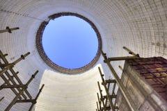 Μέσα στον ατελή και εγκαταλειμμένο δροσίζοντας πύργο στο πυρηνικό σταθμό του Τσέρνομπιλ, Ουκρανία Στοκ Εικόνες