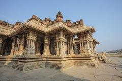 Μέσα στον ινδό ναό Vittala στην αρχαία περιοχή Hampi, Karnataka, Ινδία Στοκ Φωτογραφίες