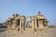 Μέσα στον ινδό ναό Vittala στην αρχαία περιοχή Hampi, Karnataka, Ινδία Στοκ φωτογραφίες με δικαίωμα ελεύθερης χρήσης
