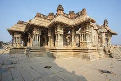 Μέσα στον ινδό ναό Vittala στην αρχαία περιοχή Hampi, Karnataka, Ινδία Στοκ εικόνα με δικαίωμα ελεύθερης χρήσης
