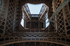 Μέσα στον πύργο του Άιφελ στοκ εικόνα