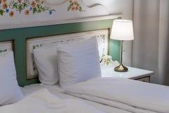 Μέσα στο δωμάτιο ξενοδοχείου στο θέρετρο πολυτέλειας, παραδοσιακός τουρισμός στοκ εικόνες