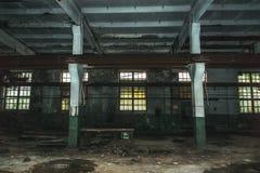 Μέσα στο εγκαταλειμμένη εργοστάσιο ή την αποθήκη εμπορευμάτων οικοδόμησης Στοκ Εικόνα