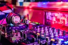 Μέσα στο θάλαμο του DJ στοκ εικόνα με δικαίωμα ελεύθερης χρήσης