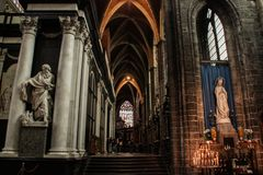 Μέσα στο μεσαιωνικό γοτθικό καθεδρικό ναό Βωμός, στήλες και γλυπτά των Αγίων στοκ φωτογραφίες