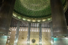 Μέσα στο μουσουλμανικό τέμενος της Τζακάρτα Στοκ Εικόνες