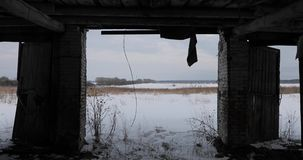 Μέσα στο παλαιό εγκαταλειμμένο φοβερό κτήριο απόθεμα βίντεο