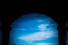 Μέσα στο σπίτι δείτε στον ουρανό Στοκ φωτογραφία με δικαίωμα ελεύθερης χρήσης