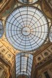 Μέσα στο Arcade με μια στέγη γυαλιού και το χάλυβα στο Μιλάνο Ιταλία Στοκ Εικόνες