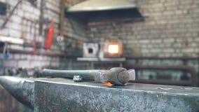 Μέσα σφυρηλατήστε το εργαστήριο - μέγγενη χάλυβα, σφυρί και καυτός φούρνος φιλμ μικρού μήκους