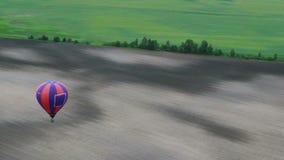 Μέσα του μπαλονιού pov, ομαλή άποψη αέρα επαρχίας κινήσεων εναέρια πέρα από τους τομείς απόθεμα βίντεο