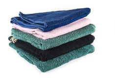 Μέσες πετσέτες για το λουτρό και το λουτρό Οι πετσέτες λουτρών συσσωρεύονται Στοκ Εικόνες