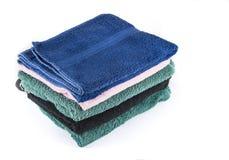 Μέσες πετσέτες για το λουτρό και το λουτρό Οι πετσέτες λουτρών συσσωρεύονται Στοκ Εικόνα