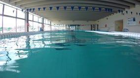 Μέσης ηλικίας καυκάσιο άτομο που κολυμπά στο νερό, στην πισίνα σε Palamos  φιλμ μικρού μήκους