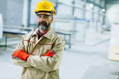 Μέσης ηλικίας μηχανικός στο εργοστάσιο Στοκ εικόνα με δικαίωμα ελεύθερης χρήσης