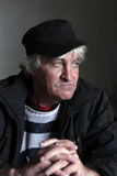 Μέσης ηλικίας άτομο πορτρέτου στη μαύρη ΚΑΠ Στοκ εικόνα με δικαίωμα ελεύθερης χρήσης