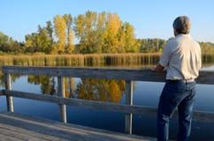 Μέσης ηλικίας άτομο που απολαμβάνει τα χρώματα πτώσης Στοκ φωτογραφίες με δικαίωμα ελεύθερης χρήσης