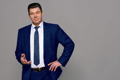 Μέσης ηλικίας άτομο σε ένα μπλε κοστούμι Στοκ φωτογραφία με δικαίωμα ελεύθερης χρήσης