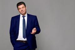 Μέσης ηλικίας άτομο σε ένα μπλε κοστούμι Στοκ Εικόνα