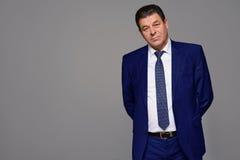 Μέσης ηλικίας άτομο σε ένα μπλε κοστούμι Στοκ Εικόνες