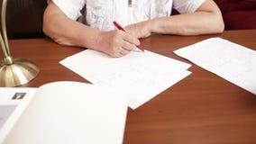 Μέσης ηλικίας γυναίκα που γράφει στον πίνακα απόθεμα βίντεο