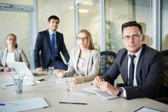 Μέσης ηλικίας επιχειρηματίας που έχει τη συνεδρίαση Συμβουλίου Στοκ εικόνες με δικαίωμα ελεύθερης χρήσης