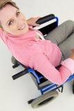 Μέση γυναίκα ηλικίας στην αναπηρική καρέκλα Στοκ φωτογραφία με δικαίωμα ελεύθερης χρήσης