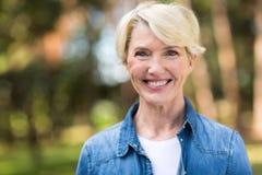 Μέση γυναίκα ηλικίας υπαίθρια Στοκ φωτογραφία με δικαίωμα ελεύθερης χρήσης