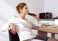 Μέση ενήλικη γυναίκα στην κουζίνα Στοκ εικόνες με δικαίωμα ελεύθερης χρήσης