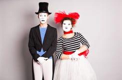 Μέση-επάνω στο πορτρέτο του αστείου ζεύγους mime με τα άσπρα πρόσωπα Η έννοια της ημέρας του βαλεντίνου, ημέρα του ανόητου Απριλί Στοκ εικόνα με δικαίωμα ελεύθερης χρήσης