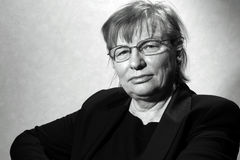 Μέση ηλικίας γυναίκα eyeglasses στοκ φωτογραφίες