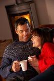 Μέση ηλικίας συνεδρίαση ζεύγους με καυτό Dri Στοκ φωτογραφία με δικαίωμα ελεύθερης χρήσης