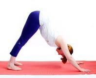 Μέση ηλικίας γιόγκα άσκησης γυναικών στοκ φωτογραφίες