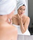 Μέση ηλικίας γυναίκα που εξετάζει την στον καθρέφτη Στοκ φωτογραφία με δικαίωμα ελεύθερης χρήσης