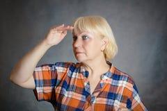 Μέση ηλικίας γυναίκα που κοιτάζει μακριά Στοκ φωτογραφίες με δικαίωμα ελεύθερης χρήσης