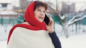 Μέση ηλικίας γυναίκα που μιλά τηλεφωνικώς απόθεμα βίντεο