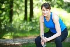 Μέση ηλικίας γυναίκα που στηρίζεται ενώ στο τρέξιμο επαρχίας Στοκ εικόνες με δικαίωμα ελεύθερης χρήσης