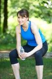 Μέση ηλικίας γυναίκα που στηρίζεται μετά από την άσκηση Στοκ εικόνα με δικαίωμα ελεύθερης χρήσης