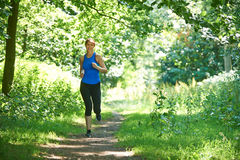 Μέση ηλικίας γυναίκα που τρέχει στην επαρχία Στοκ φωτογραφία με δικαίωμα ελεύθερης χρήσης