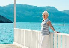 Μέση ηλικίας γυναίκα στην παραλία Στοκ Φωτογραφίες
