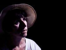 Μέση ηλικίας γυναίκα στο καπέλο αχύρου, wistful Φιλτραρισμένη, χρωματισμένη εικόνα στοκ φωτογραφίες
