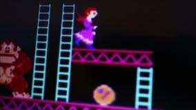 Μέση μακροεντολή των κυλώντας βαρελιών χαρακτήρα γορίλλων «Kong γαιδάρων» ενώ δεσποινάριο απόθεμα βίντεο