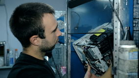 Μέση πυροβοληθείσα καθαρή ηλεκτρονική εργαζομένων με το συμπιεσμένο αέρα φιλμ μικρού μήκους
