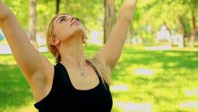 Μέση πυροβοληθείσα νέα γυναίκα που κάνει τη γιόγκα στο πάρκο φιλμ μικρού μήκους